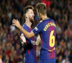 Lionel Messi félicité par Denis Suarez après l'un de ses 4 buts contre Eibar, le 19 septembre 2017 au Camp Nou, à Barcelone
