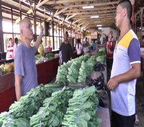 Chinese verkopers op de 'noodmarkt' in Paramaribo.