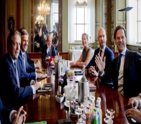 De formatie van dit kabinet is de langste formatie uit de parlementaire geschiedenis van Nederland. Na zeven maanden van onderhandelen en formeren, kon uiteindelijk de zoektocht naar geschikte bewindspersonen en de verdeling van de portefeuilles plaatsvinden. (Foto: Irish Times)