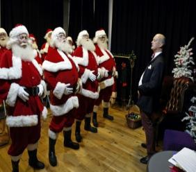 AFP / Adrian DENNIS  A l'approche des fêtes de fin d'année, dans cette classe d'un genre très spécial à Londres, ce ne sont pas les sciences ou l'histoire qui sont au programme mais l'art et la manière d'incarner le père Noël idéal