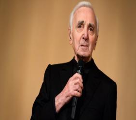 Charles Aznavour devrait donc être de retour sur scène le 30 juin à Londres au Royal Albert Hall. (crédit photo : AFP)