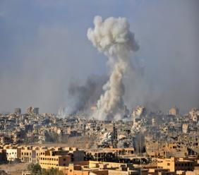 Au moins 43 personnes, dont 36 membres de familles de jihadistes du groupe Etat islamique (EI), ont été tuées samedi dans des frappes imputées à la coalition internationale dirigée par Washington, dans l'est de la Syrie