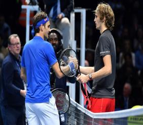 Le Suisse Roger Federer et l'Allemand Alexander Zverev après leur demi-finale du Masters, le 17 novembre 2018 à Londres