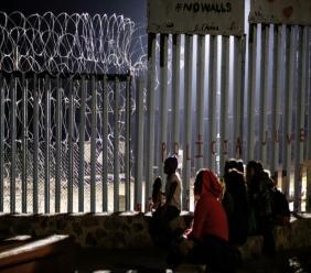Des migrants guatémaltèques à la frontière américaine en Basse-Californie, dans l'ouest du Mexique, le 9 décembre 2018