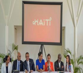 Des membres du Centre de Facilitation des Investissements, de l'Association Touristique d'Haiti, de la Chambre de Commerce et des Industries d'Haiti, ainsi que les ministres de la Culture et du Tourisme sur le panel lors de la conférence de lancement de la marque pays d'Haiti./Photo: Fournie par Well'Com