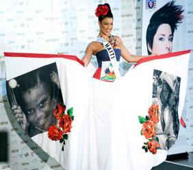Sarodj Bertin, dans son beau costume national présenté à la finale du concours de Miss Univers 2010 qui a eu lieu à Las Vesgas, aux USA./Photo: Telegraph.