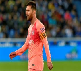 Les deux buteurs du FC Barcelone sur le terrain du Deportivo Alaves, Luis Suarez (g, sur penalty) et Carles Alena, le 23 avril 2019 à Vitoria (Pays Basque)