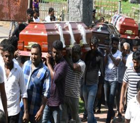 Une femme pleure pendant une cérémonie pour les victimes des attentats à Negombo, au Sri Lanka, le 23 avril 2019