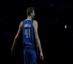 L'Allemand des Dallas Mavericks, Dirk Nowitzki, officialise son départ à la retraite après 21 saisons à Dallas, lors du match contre les Phoenix Suns, le 9 avril 2019 à Dallas