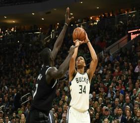 Giannis Antetokounmpo (d) des Milwaukee Bucks tente de marquer face à Thon Maker des Detroit Pistons en play-offs NBA, le 17 avril 2019 à Milwaukee