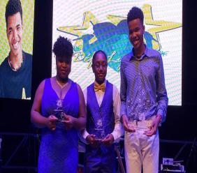 Les trois lauréats du concours: de droite à gauche, le Guadeloupéen Ydriss Bonalair, Krystian de Sainte Lucie et l'Haïtienne Myah Saint-Preux. Crédit Photo: Page Facebook Podium Écoliers