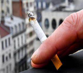 Fumer de la cigarette peut entrainer, selon l'urologue Marc Laniado, des dysfonctionnements érectiles et rendre votre pénis plus petit./Photo: AFP-Philippe Huguen.