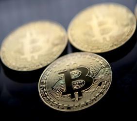 Des pièces d'or frappées du logo de la cryptomonnaie bitcoin, le 20 novembre 2017 à Londres