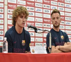 Le nouvel attaquant du Barça Antoine Griezmann (g) avec le milieu Ivan Rakitic ean conférence de presse, le 22 juillet 2019 à Tokyo