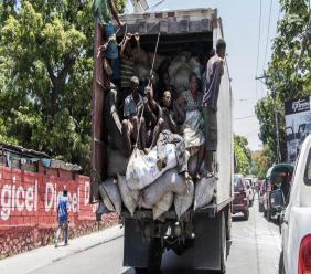 Un camion transportant des sacs de charbon de bois et des passagers./Photo: Loop-archives.