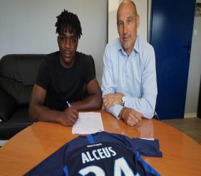 L'international haïtien, Bryan Alcéus au moment de signer son contrat. Photo : Paris FC