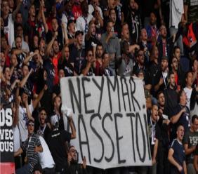 PSG fans display an anti-Neymar banner.
