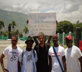 Des Petrochallengers posent autour de Gilbert Mirambeau Jr., initiateur du mouvement