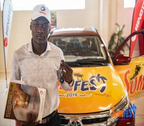 Le gagnant de la Toyota Rush dans les locaux de la Hinoto S.A, à Delmas, où il a été reçu par des responsables de l'entreprise et certains membres organisateurs du Sumfest./Photo: Source: Sumfest-Guy Wewe.