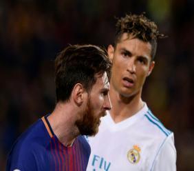 L'Argentin du Barça Lionel Messi (g) et le Portugais du Real Madrid Cristiano Ronaldo lors d'un match de la Liga espagnole le 6 mai 2018 au Camp Nou de Barcelone
