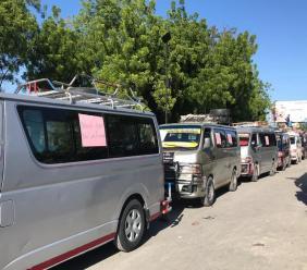 La cohorte des véhicules de transport en commun stationnés au Portail de Léogâne: les chauffeurs observent, ce vendredi 23 août, un arrêt de travail./Photo: Pascale Solages.