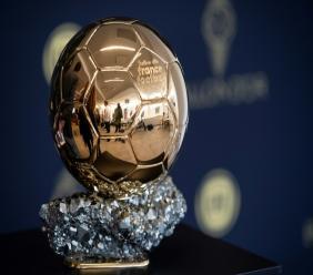 Le trophée du Ballon d'Or présenté lors d'une conférence de presse en banlieue parisienne le 19 septembre 2019