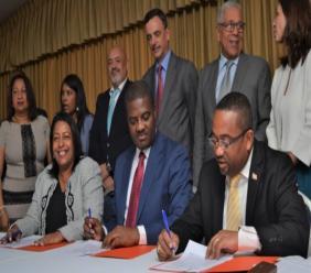 En avant-plan, Jude Edouard Pierre (au milieu) entouré de maires dominicains lors de la signature du protocole d'accord mercredi 11 septembre dernier à l'hôtel El Rancho./Photo: Le Médiateur.