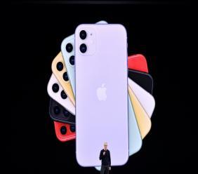 Le PDG d'Apple Tim Cook présente les nouveaux iPhone, le 10 septembre 2019 à Cupertino, en Californie
