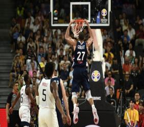 Le Français Rudy Gobert (c) réussit son dunk lors du quart de finale du Mondial-2019 de basket de l'équipe de France contre les Etats-Unis, à Dongguan le 11 septembre 2019.