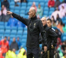 L'entraîneur du Real Madrid Zinédine Zidane donne des instructions lors du match contre Levante en Liga à Santiago Bernabeu, le 14 septembre 2019