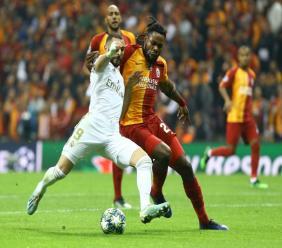 L'attaquant du Real Madrid Karim Benzema (g) à la lutte avec le défenseur de Galatasaray Christian Luyindama en Ligue des champions, le 22 octobre 2019 à Istanbul