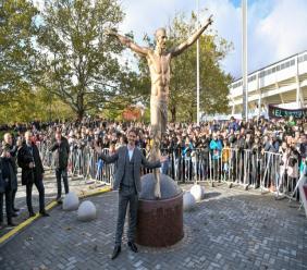 Le Suédois Zlatan Ibrahimovic pose devant une statue à son effigie le 8 octobre 2019 à Malmö