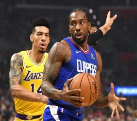 Kawhi Leonard (d), des Clippers face à Danny Green lors du match de NBA enrea les deux équipes le 22 octobre 2019 à Los Angeles