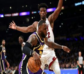 LeBron James (devant) des Los Angeles Lakers lors du