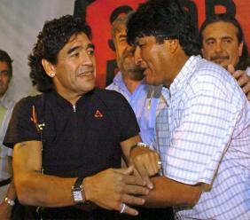 L'Argentin Diego Maradona (g) et l'ancien président Evo Morales, à Buenos Aires, le 3 novembre 2005