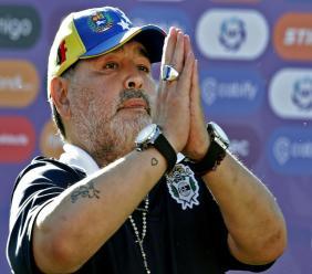 La légende du football Diego Maradona, entraîneur de Gymnasia y Esgrima, remercie les supporteurs à la fin du match contre Estudiantes, le 2 novembre 2019 à La Plata