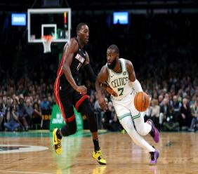 Bam Adebayo (g) du Miami Heat à la lutte avec Jaylen Brown des Boston Celtics, en NBA, le 4 décembre 2019 à Boston
