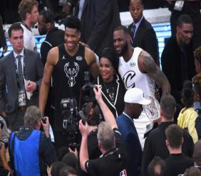 LeBron James des Lakers et Giannis Antetokounmpo pose lors du All Star Game au Staples Center, le 18 février 2018 à Los Angeles