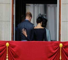 Photo archive du 10 juillet 2018 montrant le prince Harry (G) et son épouse Meghan (D) quittant le balcon du palais de Buckingham après une parade militaire