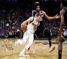 Luka Doncic (g) des Dallas Mavericks face aux Sacramento Kings, en NBA, le 15 janvier 2020 à Sacramento. Getty/AFP/Archives / EZRA SHAW