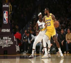 Le joueur des Pélicans de la Nouvelle-Orléans Jrue Holiday et le joueur des Lakers de Los Angeles LeBron James, le 25 février 2020 à Los Angeles