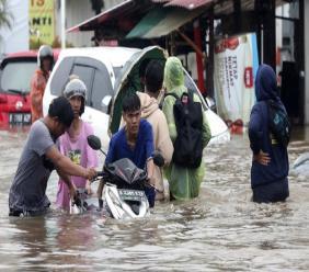 Indonesia flood scene (AP)