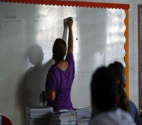Joan Rodriguez enseigne des cours d'anglais à ses élèves de 6e année à l'école primaire Sotero Figueroa de San Juan (AFP Photo / Ricardo ARDUENGO)