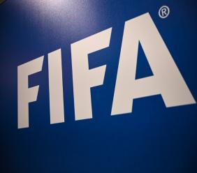 """La Fifa réfléchit aux moyens de fournir """"une assistance"""" au football mondial. AFP/Archives / OZAN KOSE"""