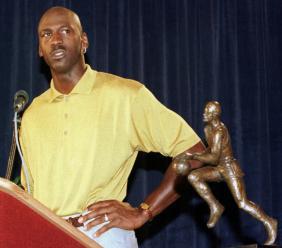 Michael Jordan, alors chez les Chicago Bulls, en conférence de presse au côté de son trophée Maurice Podoloff de meilleur joueur de la saison régulière 1997-98, à Northbrook, dans la banlieue de Chicago, le 24 mai 1998
