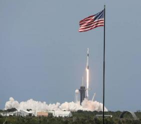 La fusée Falcon 9 de SpaceX décolle avec deux astronautes de la Nasa à bord, depuis le centre spatial Kennedy en Floride le 30 mai 2020 ( AFP / Gregg Newton )