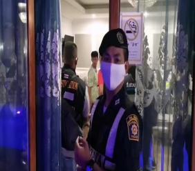 A screenshot from the video shows a police officer about to enter the mansion where the raid is taking place [Viralpress]