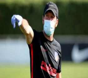 Diego Simeone takes Atletico Madrid training in a mask.