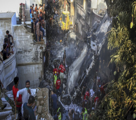 Photo: Volunteers look for survivors of a plane that crashed in a residential area of Karachi, Pakistan, May 22, 2020. An aviation official says a passenger plane belonging to state-run Pakistan International Airlines carrying nearly 100 passengers and crew crashed near Karachi's airport. (AP Photo/Fareed Khan)