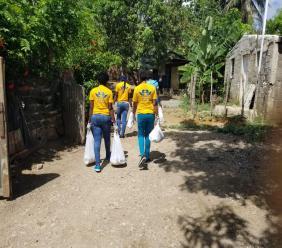 Des membres de l'Union des mains fortes pour les sans-abris (Umfosa) en pleine distribution de kits alimentaires à Naranjo San Luis, en République dominicaine
